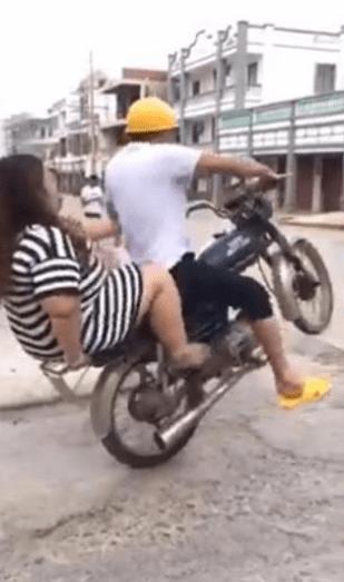 Chica se cae de moto.