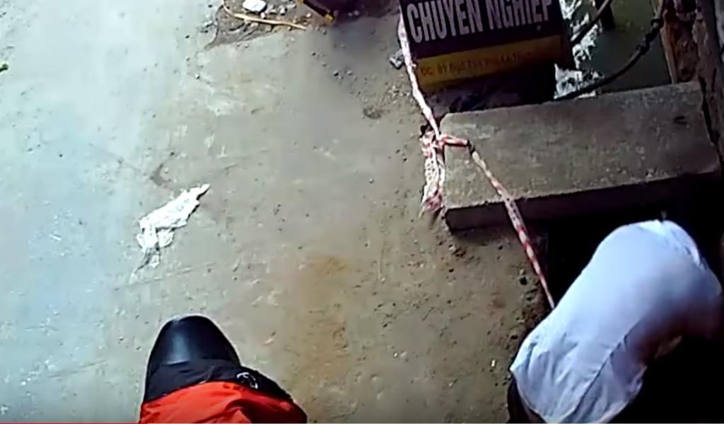 Hombre rescatando a perro