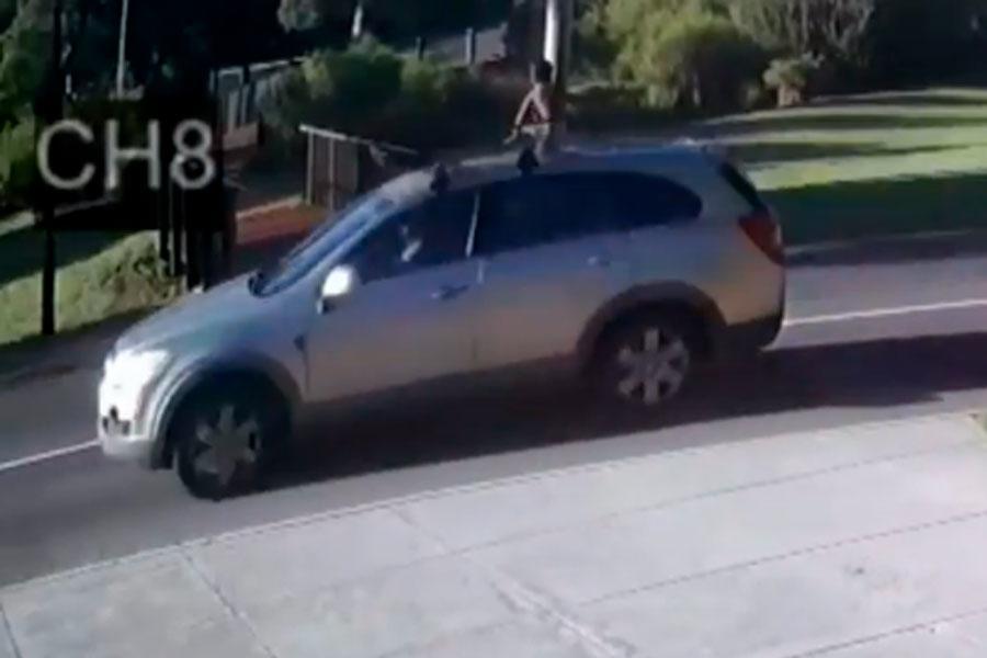 Mujer olvida a su bebé en techo de auto mientras conduce