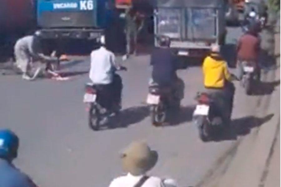 Video muestra a mujer atropellada por camión