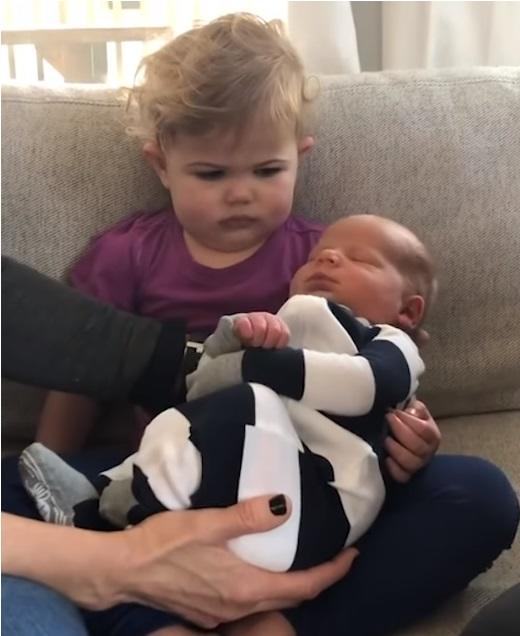 Niña y hermano