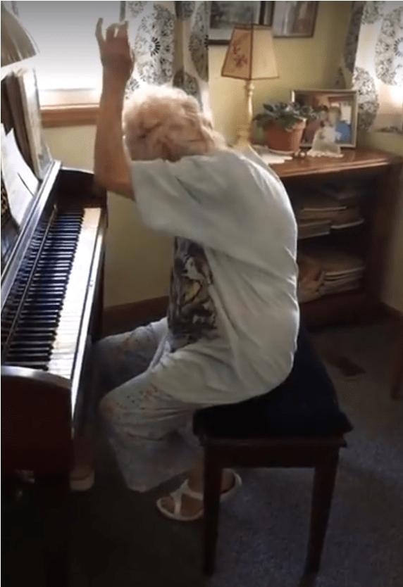 Anciana tocando el piano