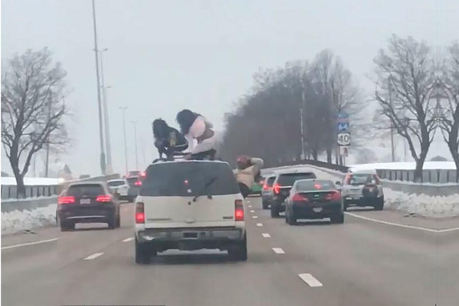 Chicas realizan twerking sobre auto en movimiento