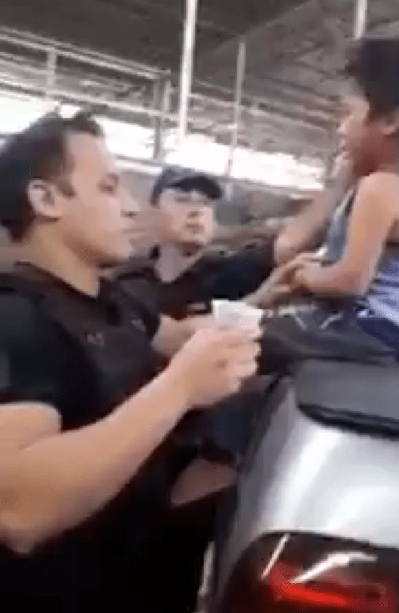Niño en auto